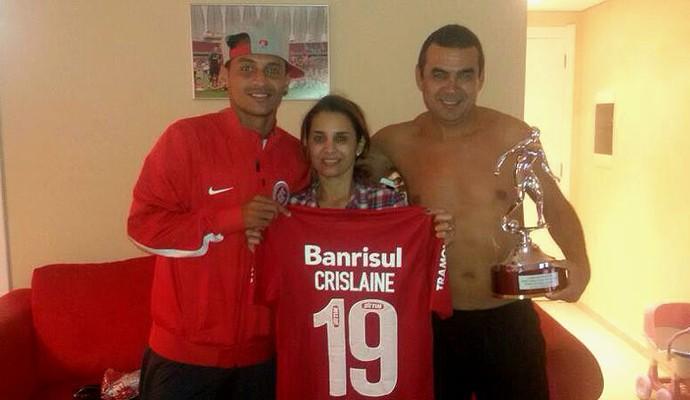 Alan Patrick presenteia mãe com camisa que usou na vitória do Inter, que leva o nome dela às costas (Foto: Divulgação/TXT Assessoria)