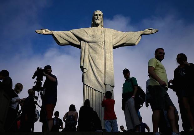 Fotógrafos e turistas fazem imagens do Cristo Redentor no Rio de Janeiro (Foto: Buda Mendes/Getty Images)