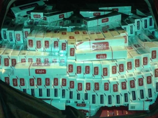 Caixas com cigarros ilegais estavam no porta-malas do veículo (Foto: Reprodução/ TV TEM)