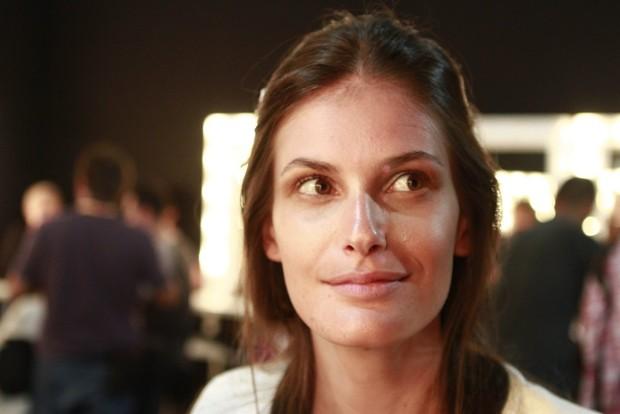 Carol Francischini no backstage da grife Oh Boy no Fashion Rio (Foto: Isac Luz / EGO)