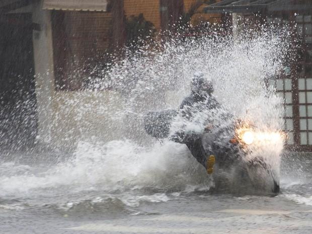 Chuva causou ponto de alagamento na Avenida Jamaris, em Moema, na Zona Sul da cidade. (Foto: Mister Shadow/Estadão Conteúdo)
