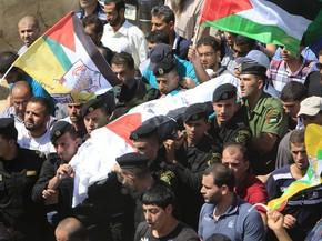 Corpo de Saad Dawabshes é carregado em Duma, cidade de Nablus (Foto: Abed Omar Qusini/Reuters)