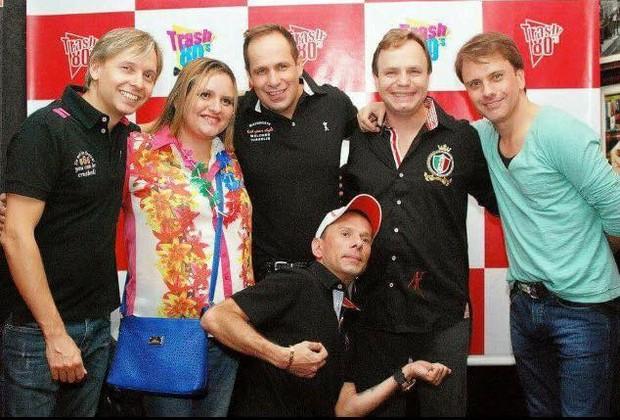Grupo polegar ao lado da fã (Foto: Doug Zuntta/Divulgação Trash 80's)