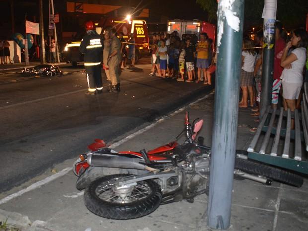 Motociclista foi atingido pelo veículo e morreu ainda no local do acidente (Foto: Walter Paparazzo/G1)