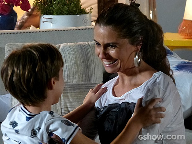 Aliviada, Clara abraça Ivan, que comemora sua chegada (Foto: Em Família/TV Globo)