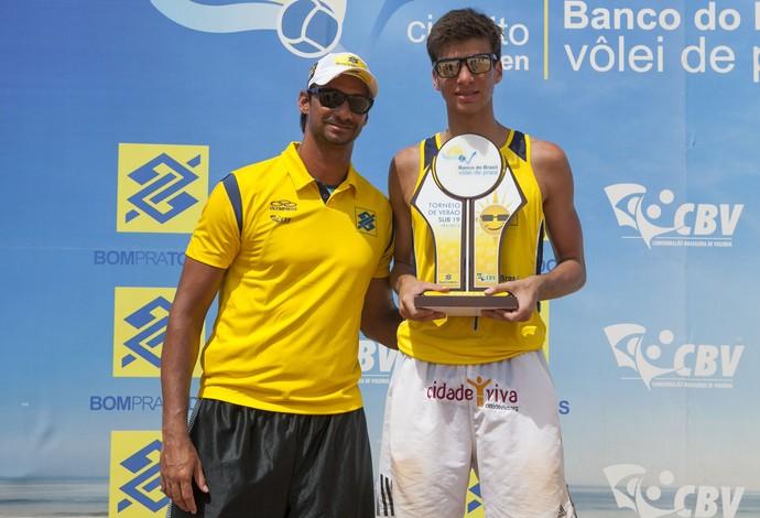 Ricardo e o filho Pedro Santos, campeão sub-19 em João Pessoa (Foto: Daniel Fonseca/Divulgação CBV)