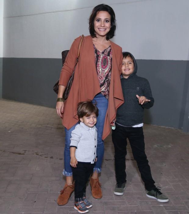 Juliana Knust com os filhos Arthur e Mateus (Foto: Anderson Borde/AgNews)