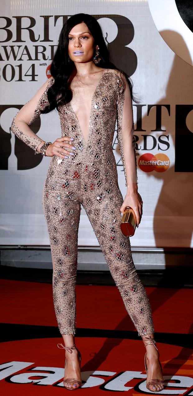 9e59bd836 Cantora foi com look transparente e com brilho para o BRIT Awards 2014.