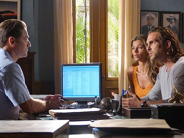 Alberto finge que não sabe o que aconteceu com Cassiano e acompanha Ester (Foto: Flor do Caribe/TV Globo)