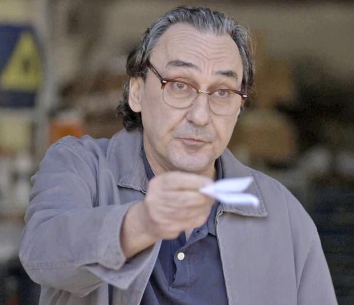 O gerente da loja de explosivos entrega � fot�grafa o endere�o de um antigo funcion�rio (Foto: TV Globo)