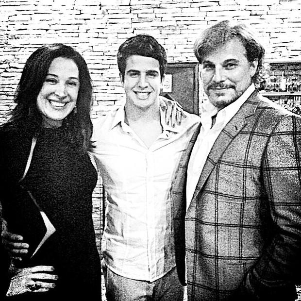 Enzo Celulari com os pais, Claudia Raia e Edson Celulari, em restaurante no Rio (Foto: Instagram/ Reprodução)