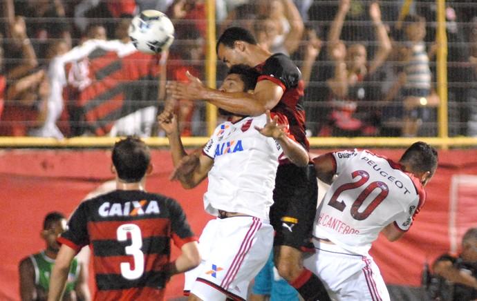wallace vitoria x flamengo (Foto: Romildo Jesus/Futura Press)
