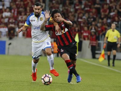 Otávio; Atlético-PR x Deportivo Capiatá (Foto: EFE)