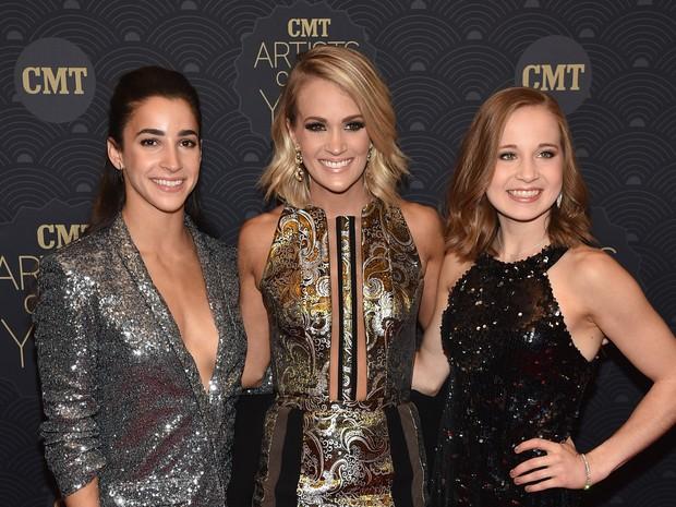 Cantora Carrie Underwood (no centro) com as ginastas Aly Raisman e Madison Kocian em prêmio de música em Nashville, no Tennessee, nos Estados Unidos (Foto: John Shearer/ Getty Images/ AFP)