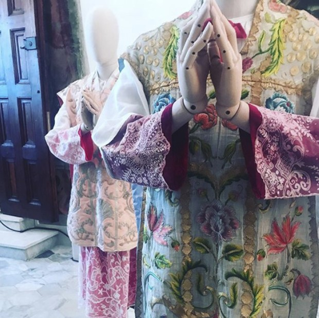 So here is the answer about the inspiration behind the colourful and intensely embroidered clothes for D & G's Alta Sartori's men's collection. The Church got their first. These outfits from inside the Duomo of Monreale (Foto: @SUZYMENKESVOGUE)