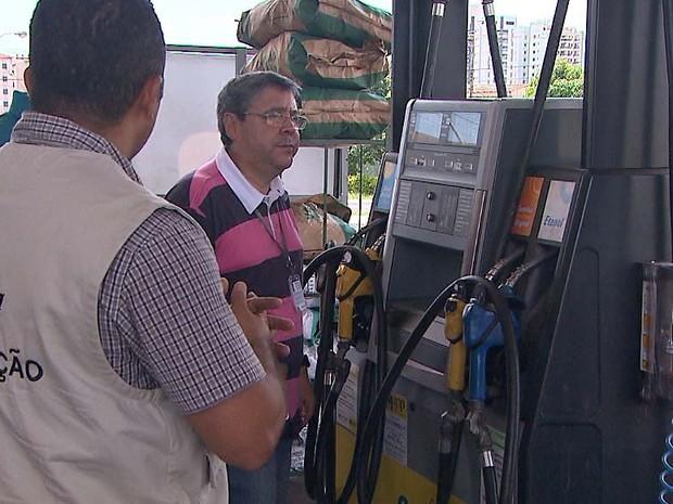 Fiscais verificaram se indicação na bomba correspondia à quantidade real abastecida (Foto: Ronaldo Oliveira/EPTV)