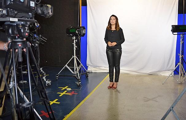 Talita Lopes grava sua participação no vídeo da campanha (Foto: Marketing/TV Fronteira)