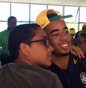 Gabriel Jesus saída do hotel seleção Brasil em natal (Foto: Felipe Zito)