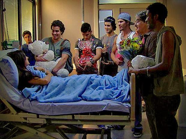 Suelen consegue o que queria e fica com os homens aos seus pés (Foto: Avenida Brasil/ TV Globo)