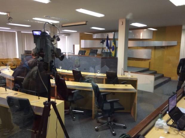 """Ao encontrar plenário praticamente vazio, pessoas gritavam """"Vamos trabalhar"""" (Foto: Cassiano Rolim/TV Anhnaguera)"""