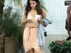 Ai, que calor! Bruna Marquezine toma sorvete em shopping