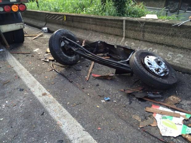 Rodas de veículo ficaram jogadas na pista após o acidente  (Foto: Solange Freitas/TV Tribuna)