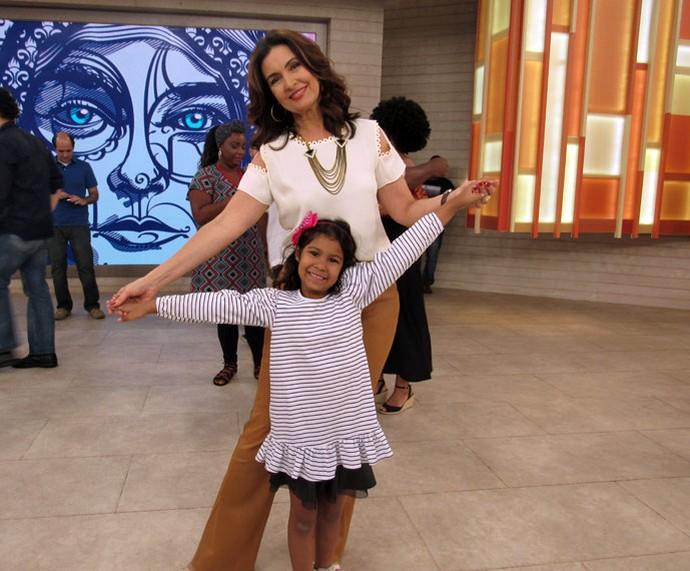 Fátima posa com uma criança da plateia  (Foto: Juliana Hippert/Gshow)