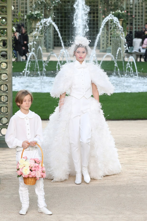 Hudson Kroenig, Karl Lagerfeld's godson, served as page boy for the bridal gown presentation at the Chanel Haute Couture Spring/Summer 2018 show in Paris (Foto: Antonio Barros)