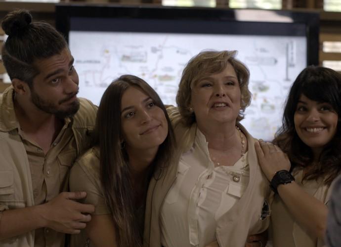 Os funcionários ficam do lado de Gema  (Foto: TV Globo)