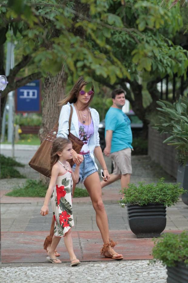 Alessandra Ambrósio e a filha em Florianópolis  (Foto: Orlando Oliveira/AgNews)