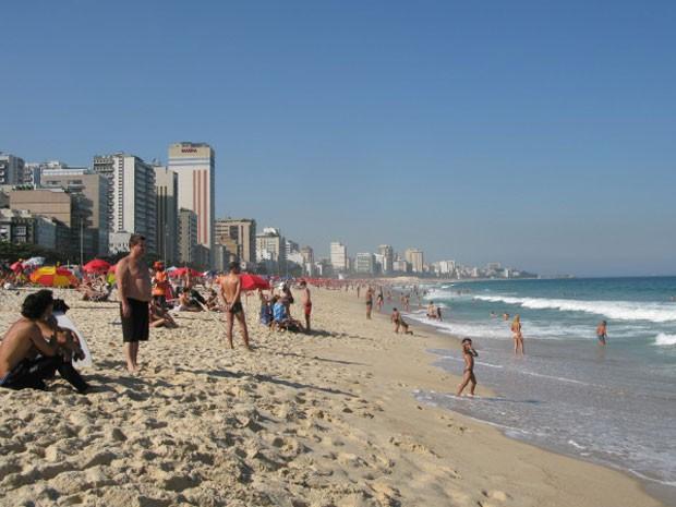 Banhistas aproveitam o sol na praia do Leblon nesta quinta-feira (26). (Foto: G1 / Guilherme Brito)