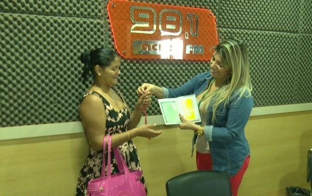 Francisca Venilsa recebe as chaves da moto 0 km das mãos da diretora da rádio, Irinéia Barbosa (Foto: Bom Dia Amazônia)