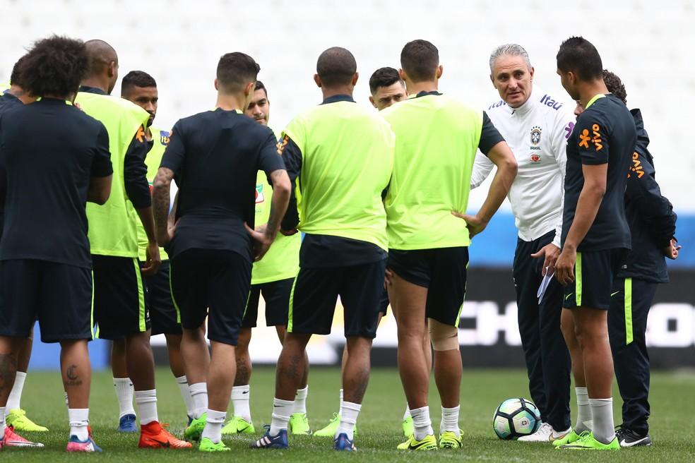 Tite orienta os jogadores da seleção brasileira no último treino antes de enfrentar o Paraguai (Foto: Lucas Figueiredo/CBF)