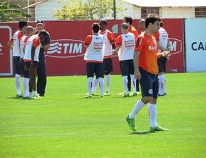 Clemer conversa com titulares do Inter, enquanto Scocco espera o treino (Foto: Tomás Hammes / GLOBOESPORTE.COM)