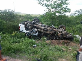 Uma pessoa morreu e duas ficaram feridas em acidente em Flores (Foto: Emanuel Belmiro/ TV Asa Branca)