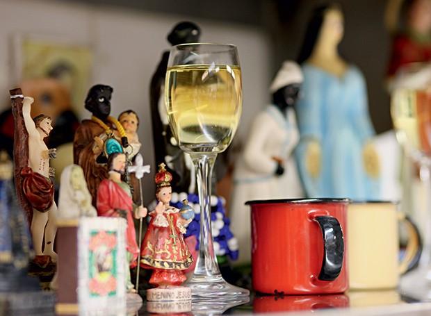 Pro santo: acomodadas num altar improvisado na cozinha, as imagens de santos católicos e de orixás nunca ficam de taça vazia (Foto: Andrea Marques/Fotonauta/Editora Globo)