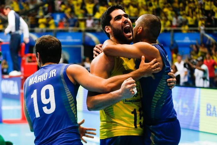 Serginho e Evandro se abraçam no jogo contra os Estados Unidos (Foto: Divulgação/FIVB)
