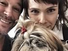 Débora Falabella posa com Murilo Benício e pets para selfie