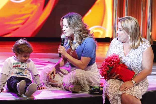 Claudia Leitte recebe o carinho do filho no palco (Foto: Caldeirão do Huck/ TV Globo)