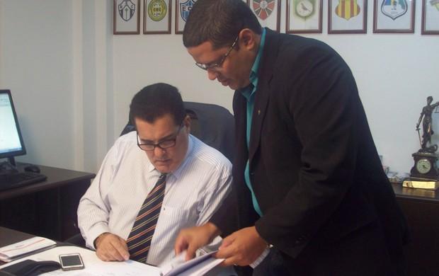 Presidente da Federação Maranhense de Futebol, Antônio Américo, com assessor jurídico, Márcio Biguá (Foto: João Ricardo/Globoesporte.com)