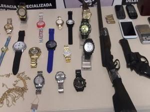 Relógios e joias foram apreendidos (Foto: Divulgação/Degepol)