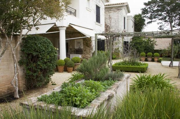 Jardim mistura estilos provençal, toscano e tropical (Foto: Divulgação)