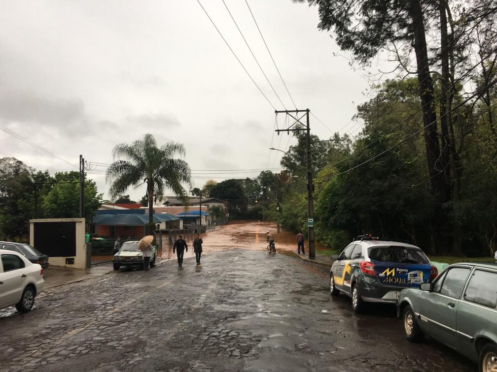 Em Panambi, também no Noroeste do estado, acesso ao bairro Erica é completamente alagado, e moradores ficam ilhados  (Foto: Lahis Welter/RBS TV)