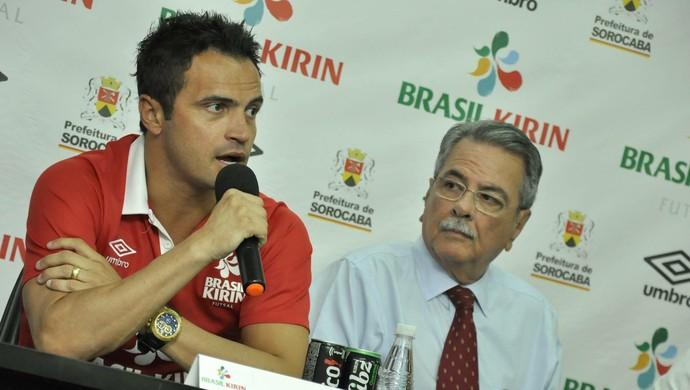Falcão ao lado do prefeito de Sorocaba, Antonio Carlos Pannunzio (Foto: Danilo Camargo/ Sorocaba Futsal)