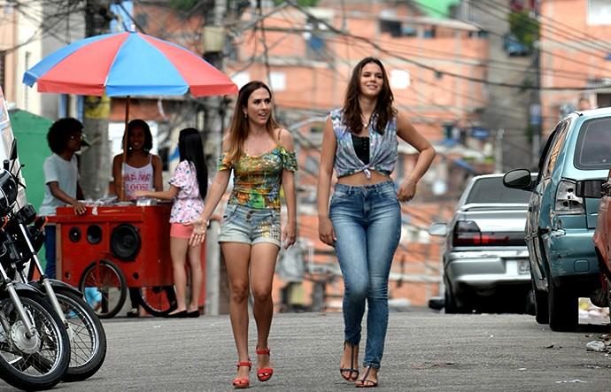 Mari (Bruna Marquezine) e Danda (Tatá Werneck) passeiam por Paraisópolis (Foto: Marcos Mazini/Gshow)