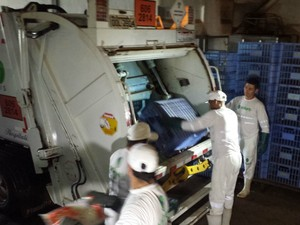 Retirada dos produtos foi feita por empresa responsável pelo lixo na capital (Foto: Alexandre Cabral/ TV Morena)