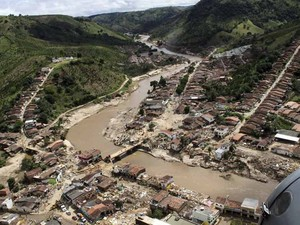 Helicóptero do Governo de Alagoas sobrevoa o município de Santana do Mundau (Foto: AP)