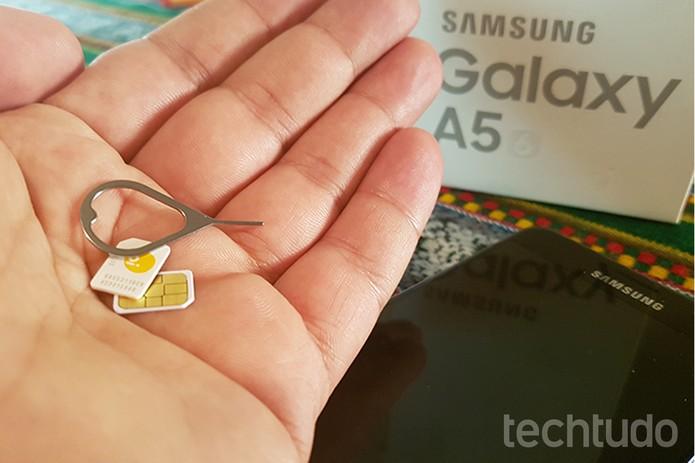 Você vai precisar de dois chips nano, além do pino ejetor da bandeja dos SIM cards, que acompanha o celular  (Foto: Filipe Garrett/TechTudo)