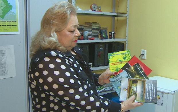 Professora da UNIFAP mostrando alguns livros (Foto: Reprodução/TV Amapá)
