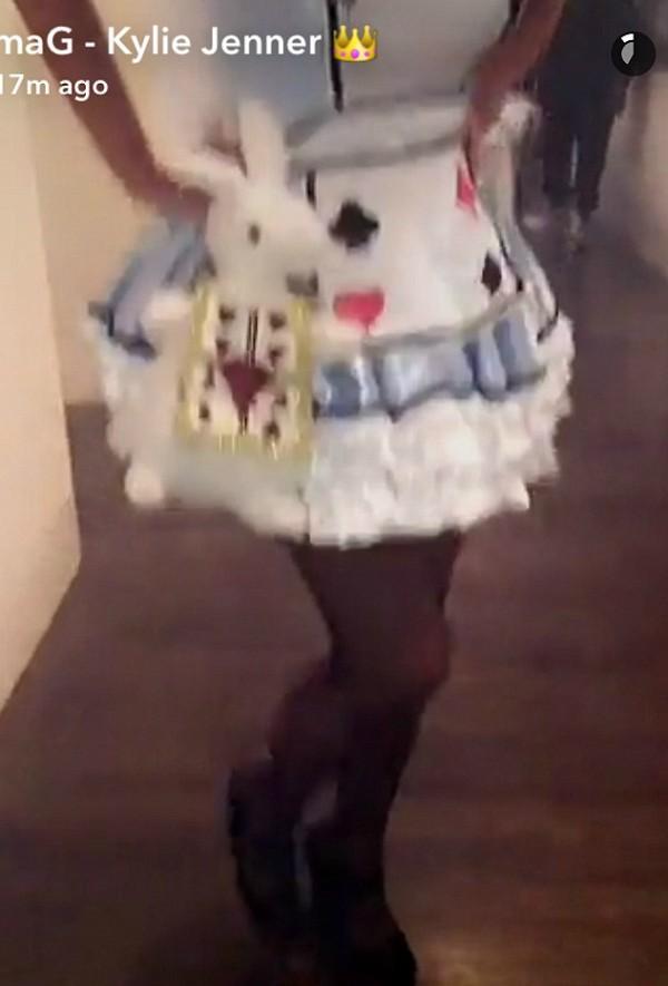 Kris Jenner vestida como Alice no Halloween (Foto: Snapchat)